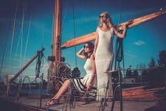 Donne ricche alla moda su un yacht di lusso Fotografie Stock Libere da Diritti