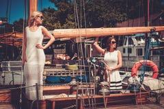 Donne ricche alla moda su un yacht di lusso Fotografia Stock