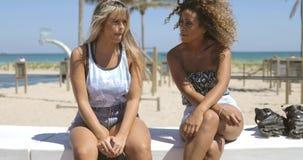Donne rilassate che spendono tempo sul litorale archivi video