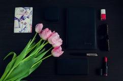 Donne rosa ed accessori neri fotografia stock libera da diritti