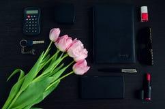 Donne rosa ed accessori neri fotografia stock