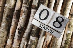 Donne ` s giorno 8 marzo con il calendario di blocco di legno Fotografia Stock