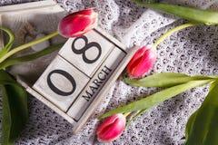 Donne ` s giorno 8 marzo con il calendario di blocco di legno Fotografie Stock Libere da Diritti