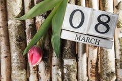 Donne ` s giorno 8 marzo con il calendario di blocco di legno Fotografie Stock