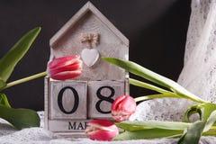 Donne ` s giorno 8 marzo con il calendario di blocco di legno Immagine Stock