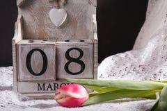 Donne ` s giorno 8 marzo con il calendario di blocco di legno Immagini Stock Libere da Diritti