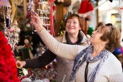 Donne senior al mercato di Natale fotografie stock libere da diritti