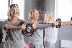 Donne senior allegre che hanno allenamento di forma fisica Fotografia Stock Libera da Diritti