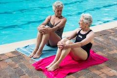 Donne senior che interagiscono a vicenda mentre rilassandosi Fotografie Stock Libere da Diritti