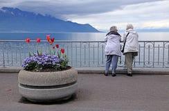 Donne senior a lungomare del lago Lemano Immagine Stock Libera da Diritti