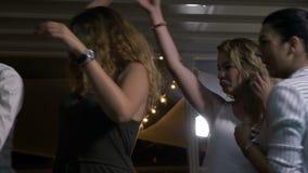 Donne sensuali che ballano a vicenda sciocchezze intorno al club della discoteca archivi video