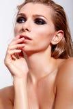 Donne sensuali con trucco professionale e capelli bagnati fotografie stock libere da diritti