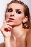 Donne sensuali con trucco professionale e capelli bagnati immagini stock libere da diritti
