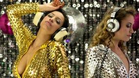 2 donne sexy del partito stock footage