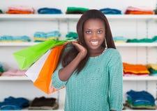 Donne sicure che portano i sacchetti della spesa in deposito Fotografie Stock