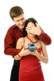 donne son homme présent aux jeunes d'épouse Photos stock