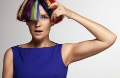 Donne sorprese che toccano capelli colorati Fotografia Stock Libera da Diritti