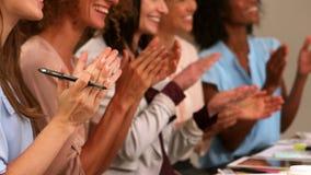 Donne sorridenti che applaudono le mani stock footage