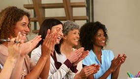 Donne sorridenti che applaudono le mani archivi video