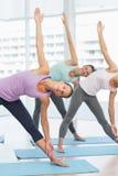 Donne sorridenti che fanno allungando gli esercizi Immagine Stock