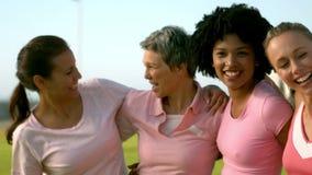 Donne sorridenti che indossano rosa per cancro al seno archivi video