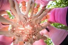 Donne sorridenti che organizzano evento per consapevolezza del cancro al seno Immagini Stock Libere da Diritti