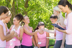 Donne sorridenti che organizzano evento per consapevolezza del cancro al seno Fotografie Stock Libere da Diritti