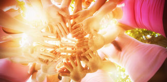 Donne sorridenti che organizzano evento per consapevolezza del cancro al seno Immagine Stock