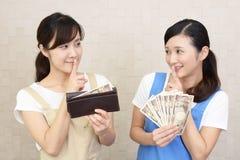 Donne sorridenti con soldi fotografia stock