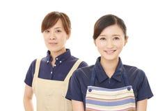 Donne sorridenti in grembiule immagini stock libere da diritti