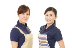 Donne sorridenti in grembiule fotografie stock libere da diritti