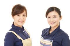 Donne sorridenti in grembiule fotografia stock libera da diritti