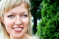 Donne sorridenti vicino in su Immagini Stock Libere da Diritti