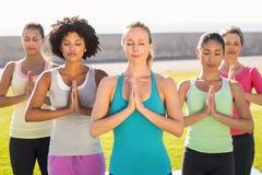 Donne sportive pacifiche che fanno posizione di preghiera Immagini Stock Libere da Diritti
