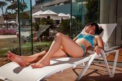 Donne su una chaise-lounge del sole Fotografie Stock