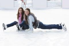 Donne sulla pista di pattinaggio di ghiaccio Immagine Stock Libera da Diritti