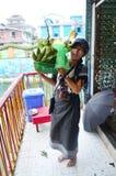 Donne tailandesi che pregano ed offerta sacrificale a Rohani BO BO Gyi alla pagoda di Botahtaung Fotografie Stock Libere da Diritti