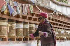 Donne tibetane anziane che girano le ruote di preghiera ad un monastero Fotografie Stock Libere da Diritti