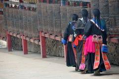Donne tibetane che girano le rotelle di preghiera Immagini Stock Libere da Diritti