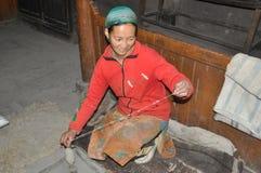 Donne tradizionali che fanno filato per tessere Immagine Stock