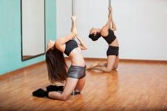 Donne in una classe di forma fisica del palo Immagine Stock Libera da Diritti