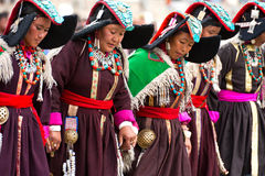 Donne in vestiti tibetani che effettuano ballo di piega Fotografia Stock
