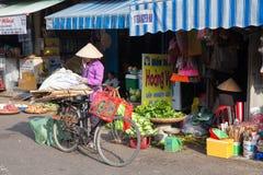 Donne vietnamite in cappello conico tradizionale al mercato bagnato fotografia stock