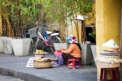 Donne vietnamite che vendono alimento sulla via di Hoi An fotografia stock