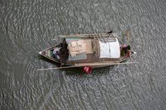 Donne zingaresche e sua la famiglia che attraversano una barca through il fiume di Ichamoti, vicino della città di Dacca Immagine Stock