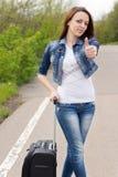 Donner attrayant de sourire de jeune femme pouces  Photographie stock