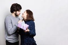 Donner beau de jeune homme actuel à la belle femme à la maison Une fille allant embrasser son ami pour remercier d'un présent Bea Photos libres de droits