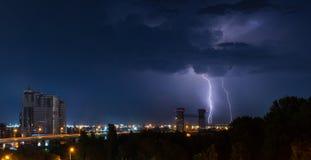 Donner, Beleuchtung und Sturm im dunklen nächtlichen Himmel über Stadt Lizenzfreie Stockfotografie
