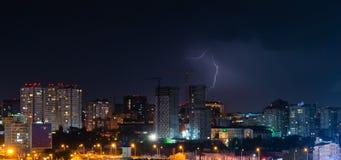 Donner, Beleuchtung und Sturm im dunklen nächtlichen Himmel über Stadt Lizenzfreies Stockfoto