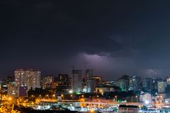 Donner, Beleuchtung und Sturm im dunklen nächtlichen Himmel über Stadt lizenzfreie stockbilder